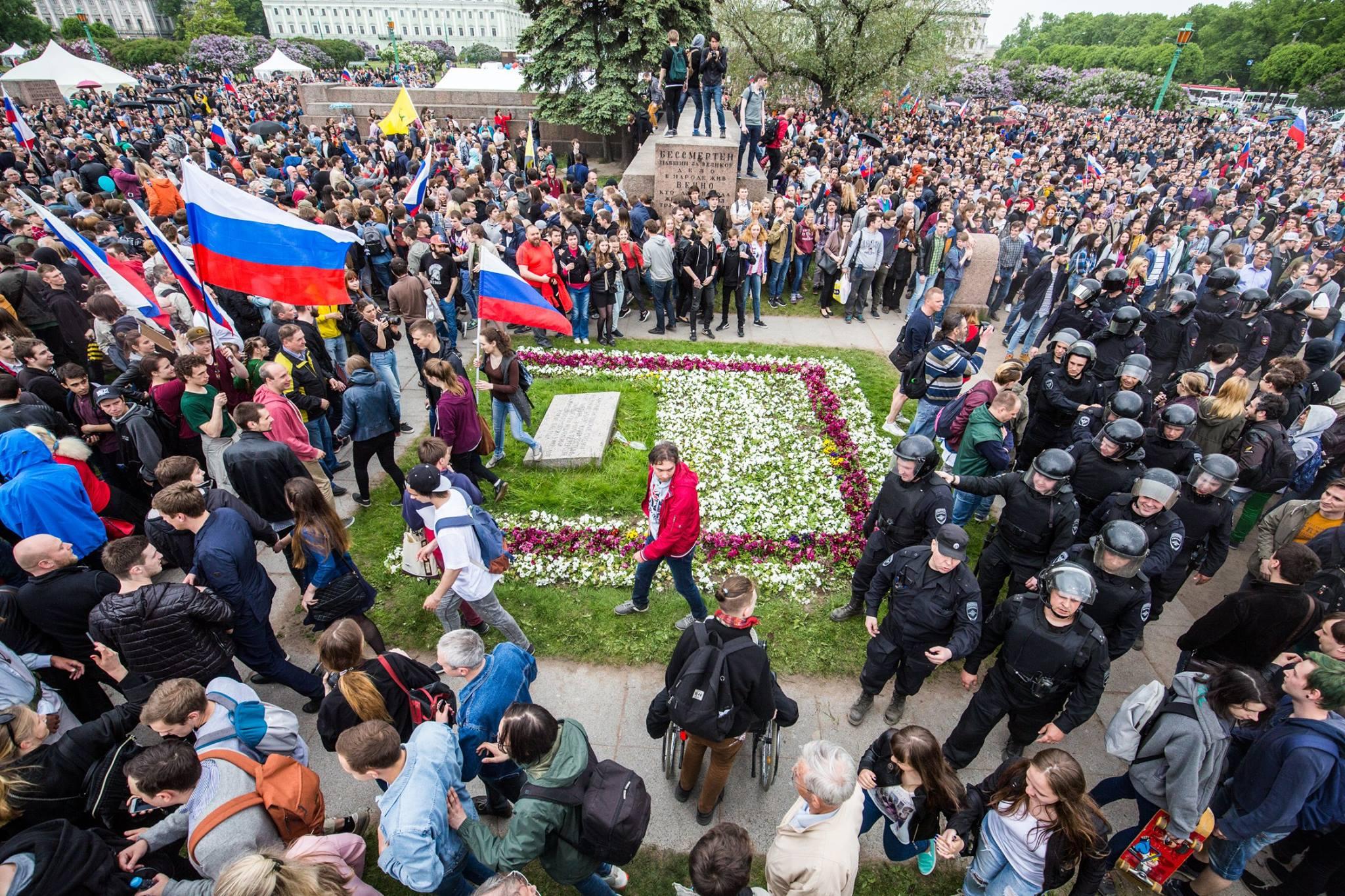 Митингующие в Санкт-Петербурге 12 июня