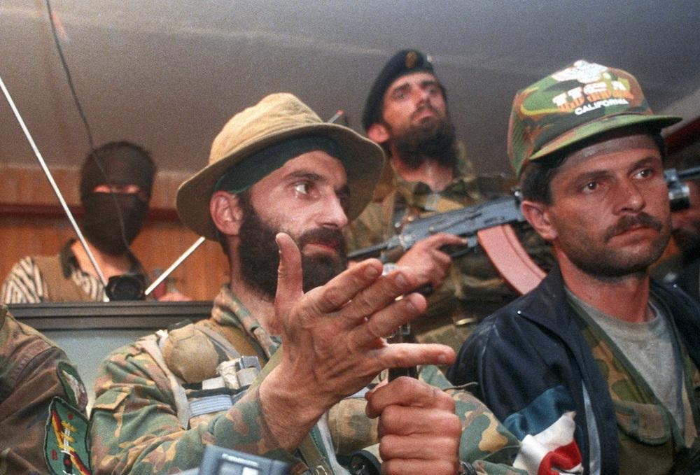 Полевой командир Шамиль Басаев (слева) отвечает на вопросы журналистов во время пресс-конференции в захваченной его боевиками больнице