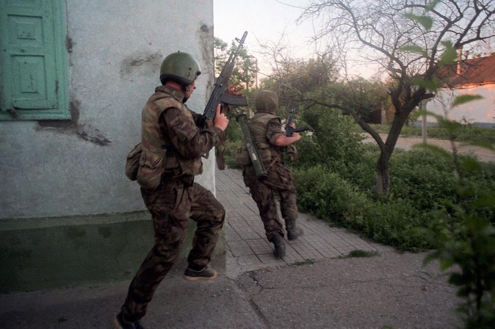Бойцы российской группы специального назначения «Альфа» штурмуют подступы к захваченной больнице