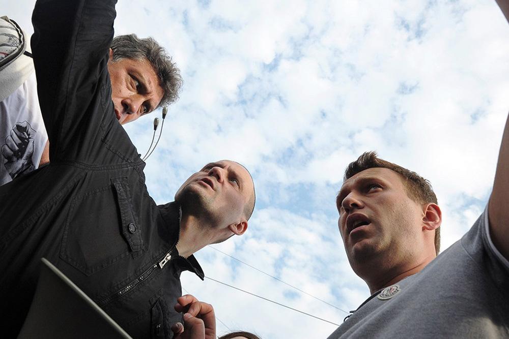 Сопредседатель оппозиционной партии ПАРНАС Борис Немцов, лидер движения «Левый фронт» Сергей Удальцов и политик Алексей Навальный во время акции оппозиции 6 мая 2012 года