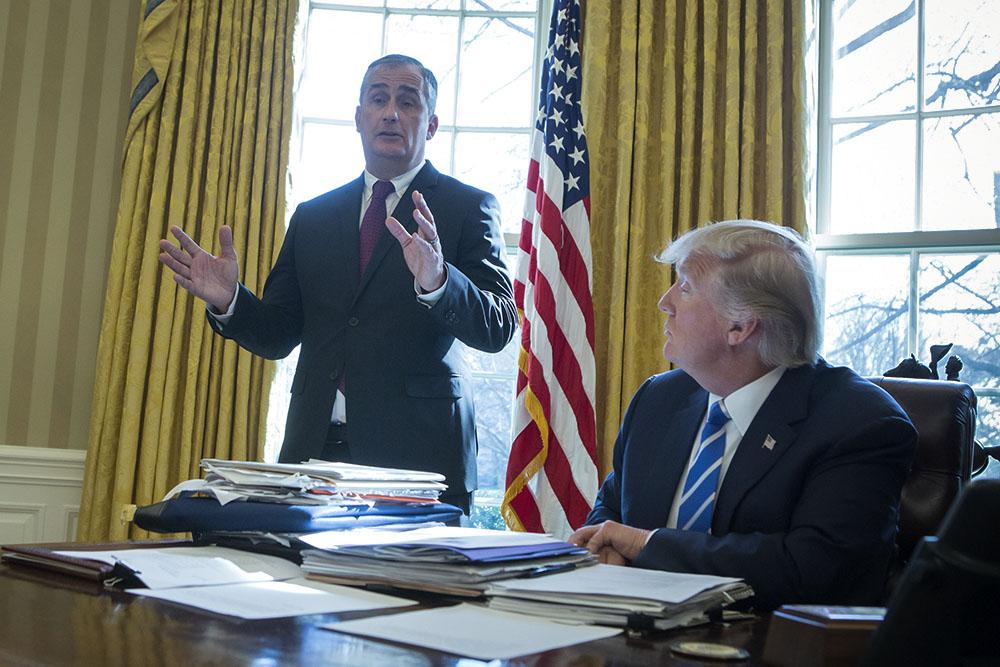 Глава Intel Брайан Крзанич (слева) во время заседания промышленного совета