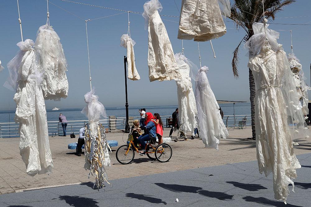 Висящие свадебные платья в знак протеста против браков с насильниками