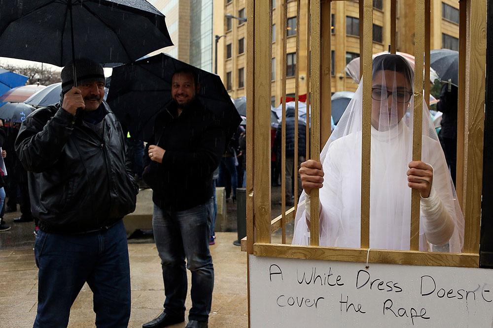 Женщина в свадебном платье во время протеста у здания правительства в Бейруте 15 марта 2017 года