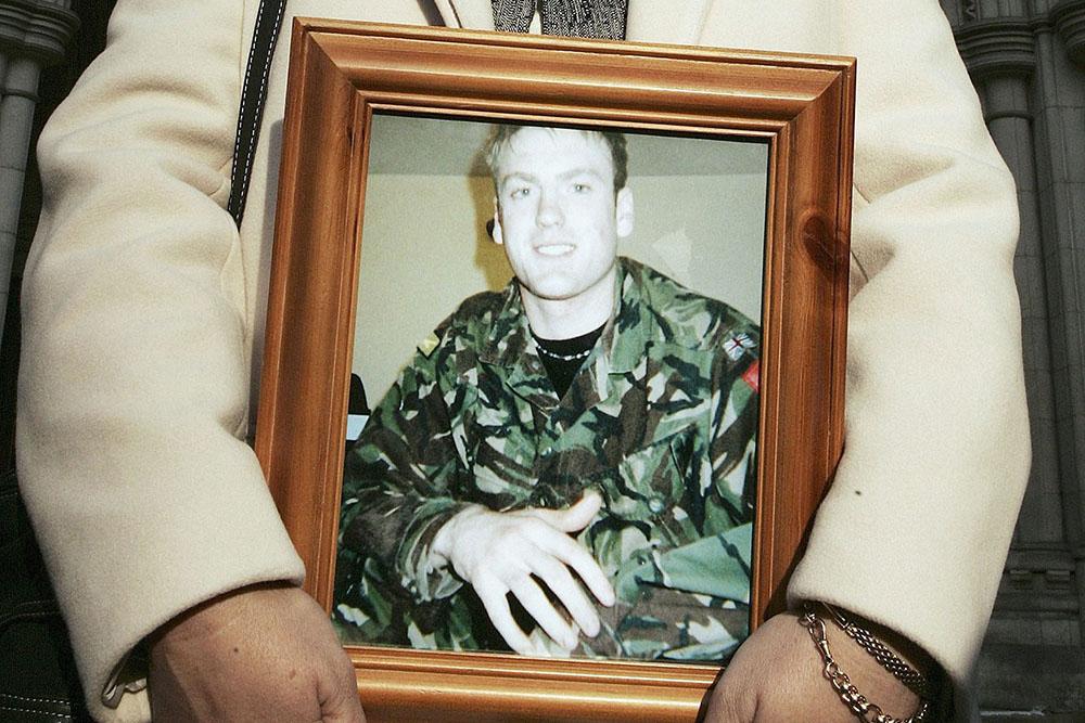 Cью Cмит с фотографией погибшего сына