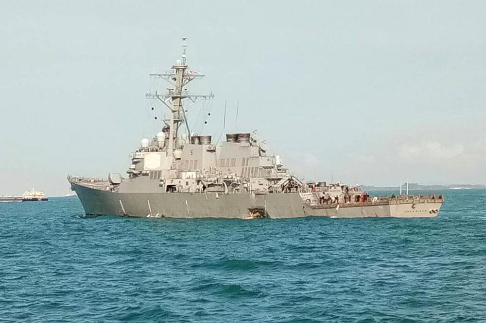 Поврежденный эсминец USS John McCain