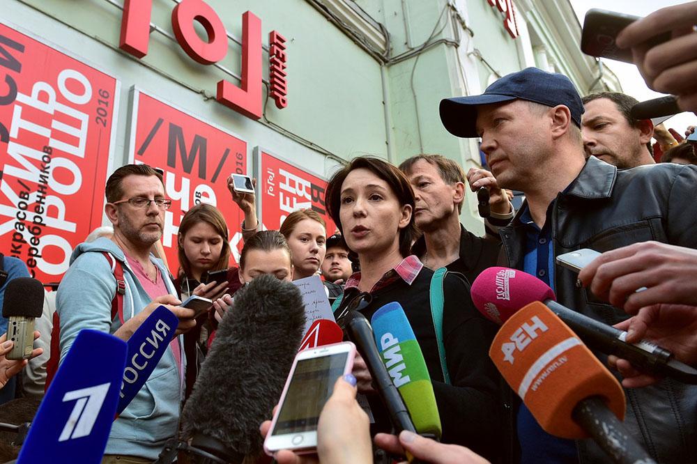 Художественный руководитель Государственного театра наций Евгений Миронов (справа) и актриса Чулпан Хаматова (в центре) у здания «Гоголь-центра» 23 мая
