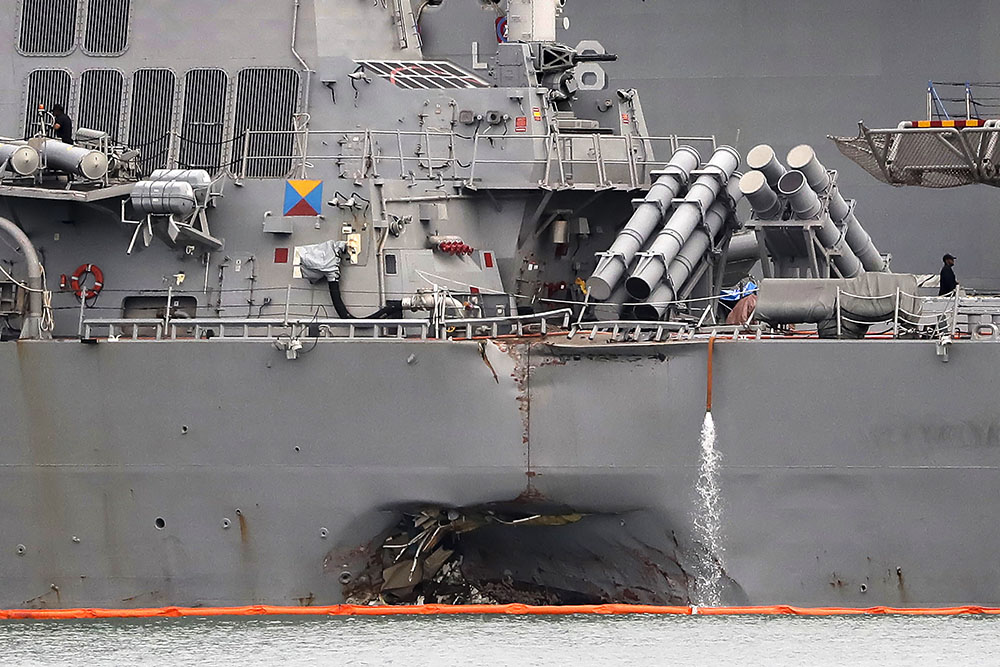 Поврежденный эсминец USS John S. McCain после столкновения с танкером