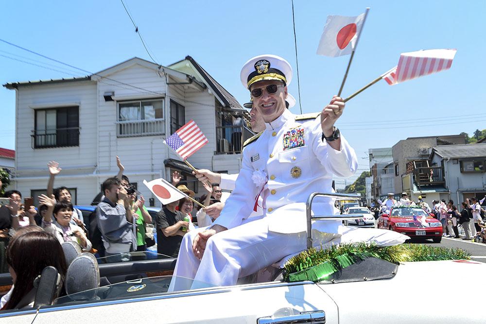 Адмирал Джозеф Окойн во время парада в Японии