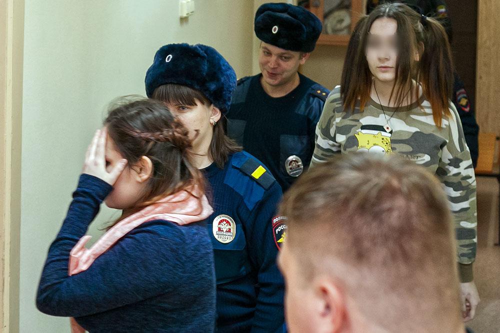 Алина Орлова (слева) и несовершеннолетняя Алена Савченко (справа)