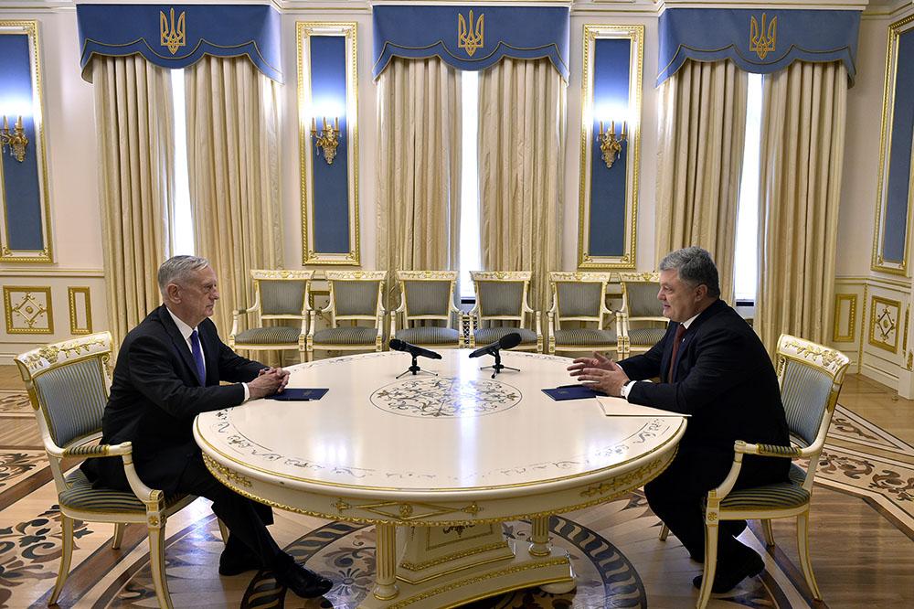 Министр обороны США Джеймс Мэттис и президент Украины Петр Порошенко в августе 2017 года
