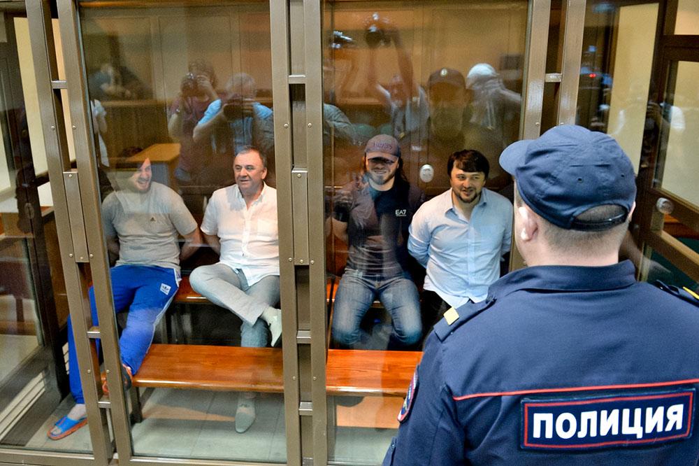 Обвиняемые по делу об убийстве  Анны Политковской: Ибрагим Махмудов, Лом-Али Гайтукаев, Джабраил и Рустам Махмудовы в июне 2014 года