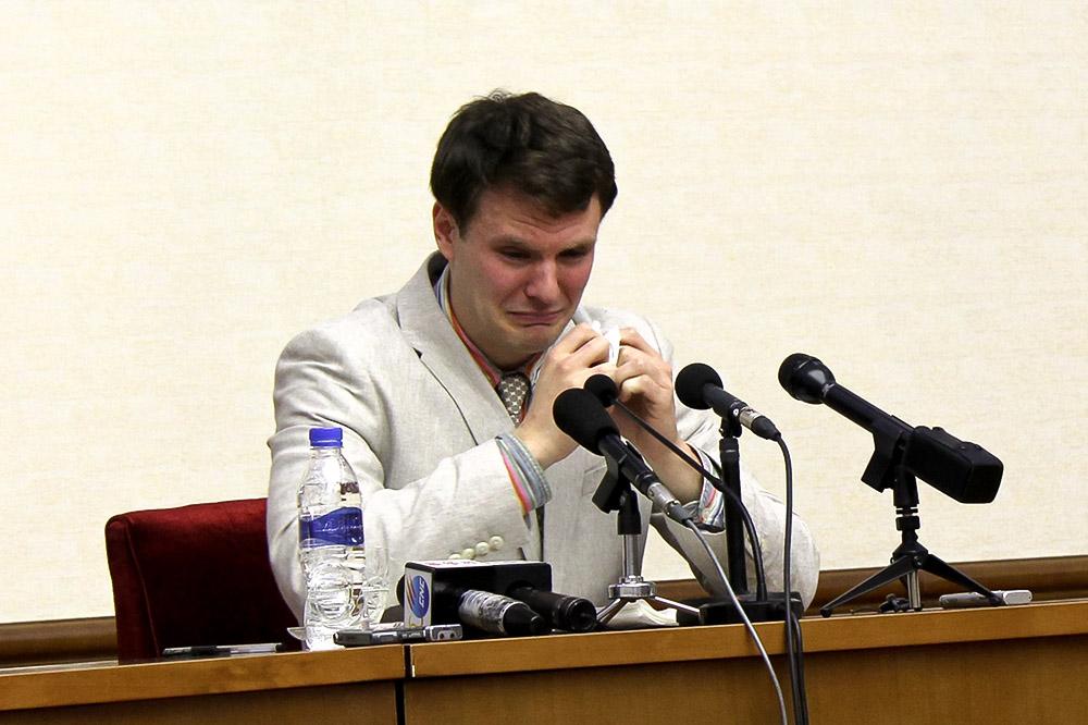 Отто Вомбиер на пресс-конференции, где он признался в краже транспаранта с политическим лозунгом