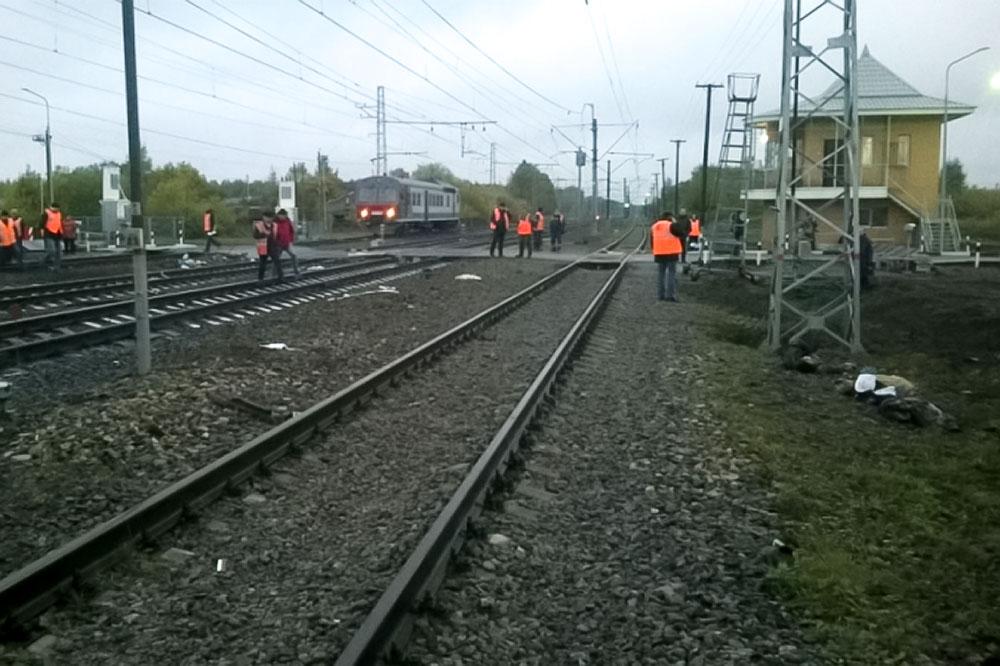 Сотрудники МЧС ликвидируют последствия аварии