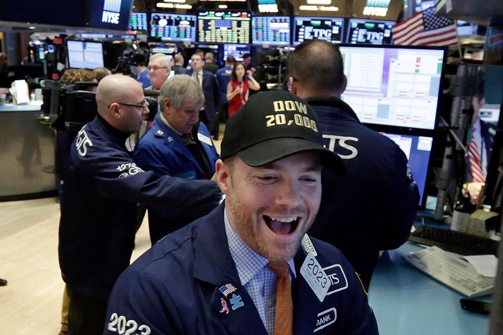 Индекс Dow Jones впервый раз поборол отметку в23 тыс. пунктов
