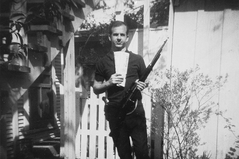 Ли Харви Освальд во дворе своего дома в марте 1963 года