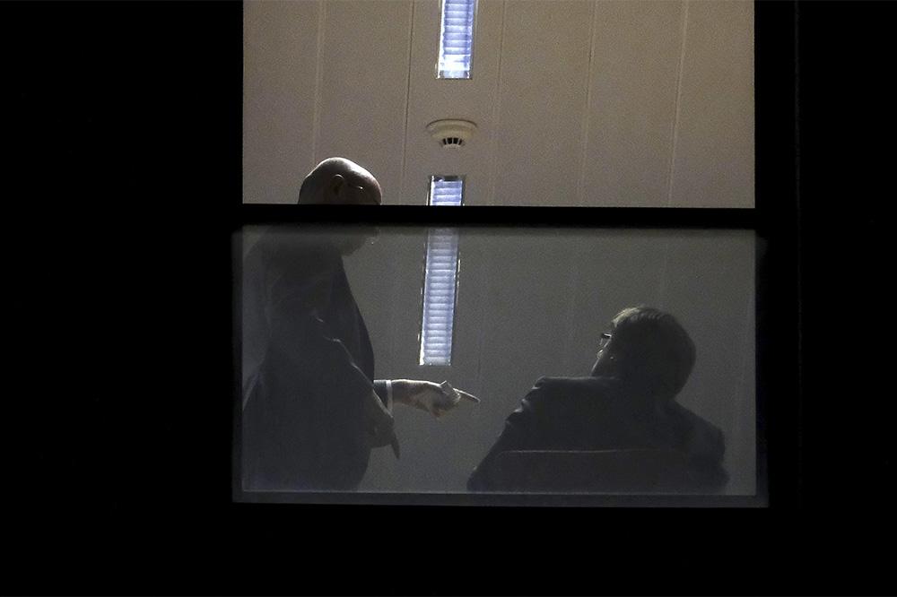 Бывший глава Каталонии Карлес Пучдемон (справа) в прокуратуре Бельгии