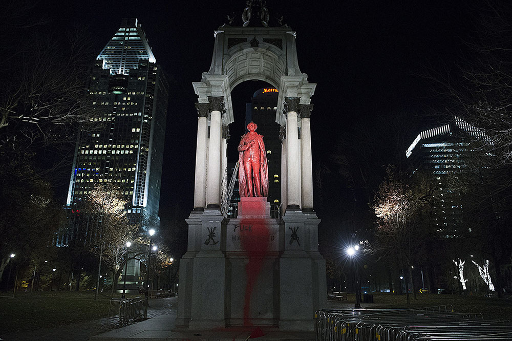 Облитый краской памятник первому премьер-министру Канады Джону Макдональду