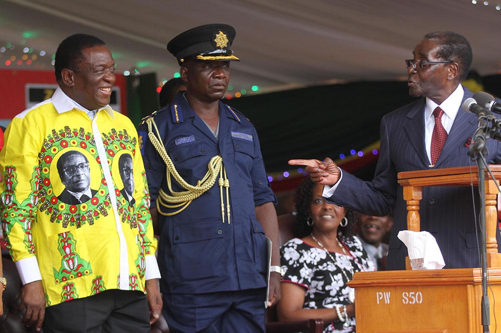 Бывший вице-президент Зимбабве Эммерсон Мнангагва (слева)