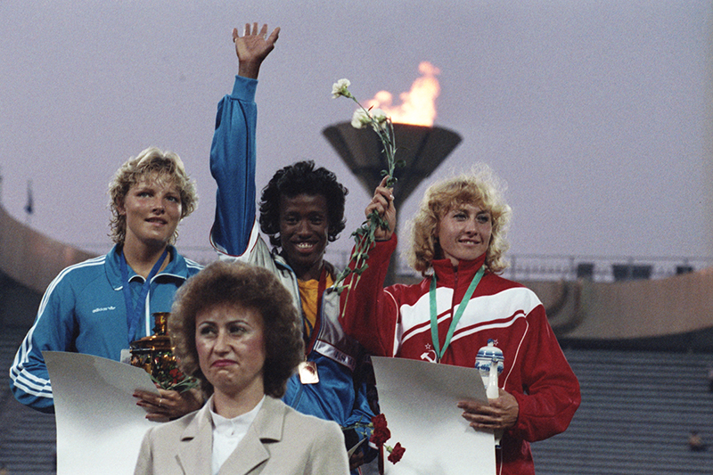 Слева Наталья Шубенкова (СССР) - третье место на Играх доброй воли в Москве