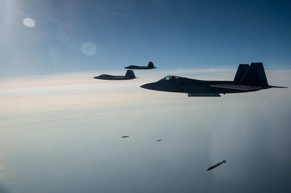 Американские истребители F-22A Raptor во время тренировочных полётов над Виргинией