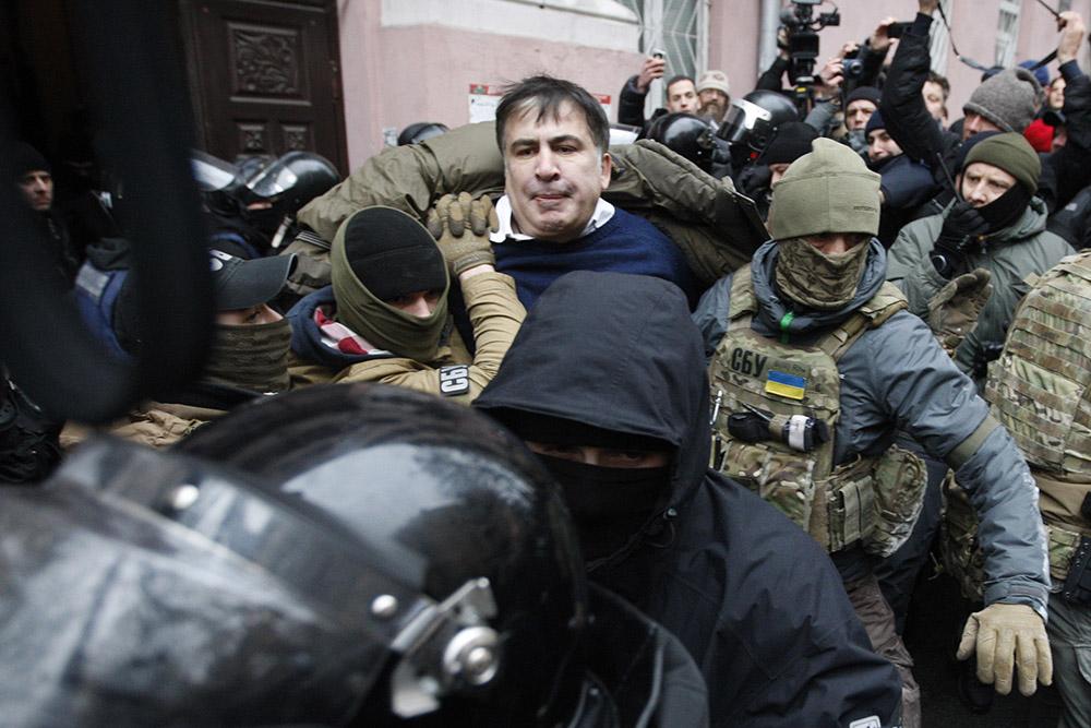 Сторонники Саакашвили силой освободили его измикроавтобуса силовиков