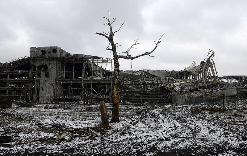 Разрушенный терминал аэропорта после боев