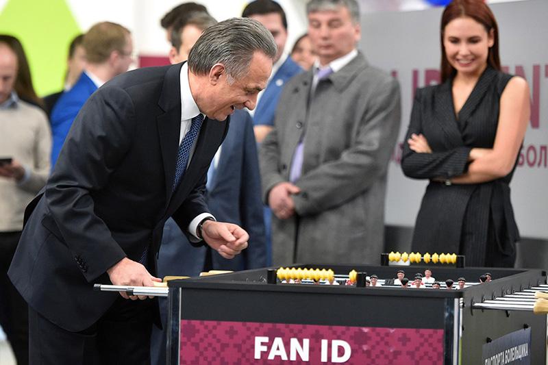 Виталий Мутко во время церемонии открытия центров выдачи паспортов болельщика 7 декабря