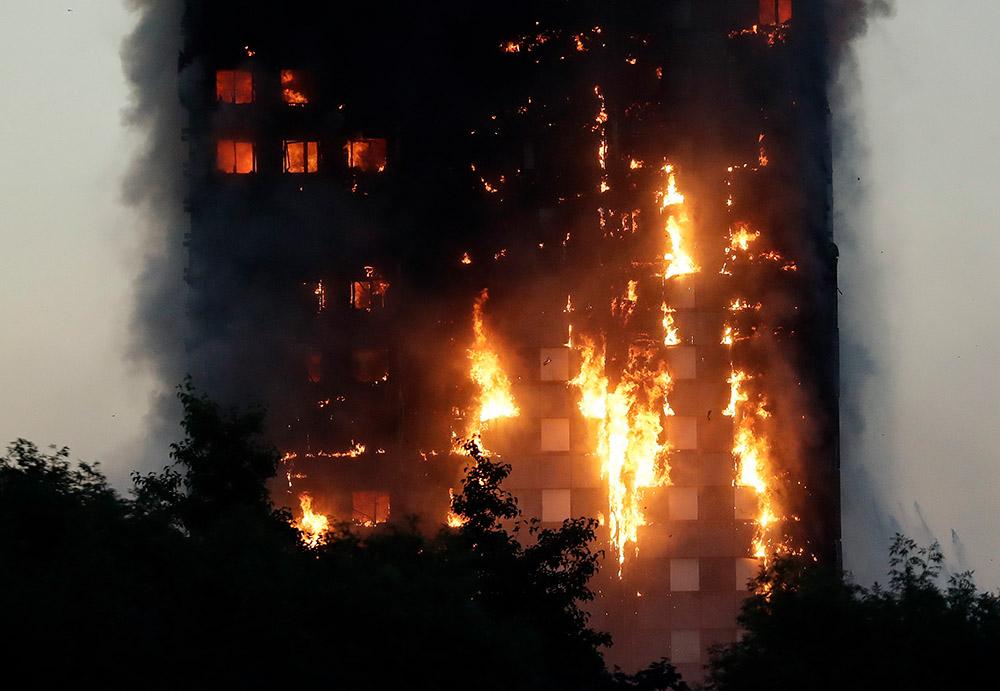 14 июня, Лондон. Пожар в здании Grenfell Tower, который привел к гибели 80 человек