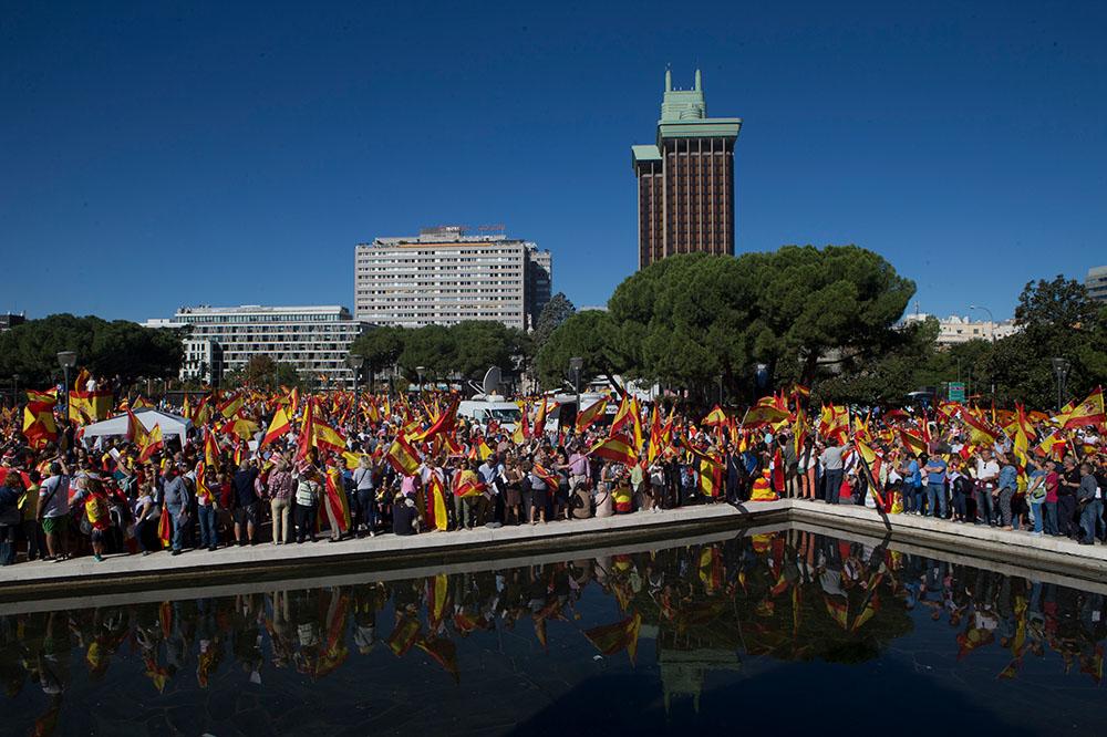 7 октября, Мадрид. Испанцы митингуют против независимости Каталонии на Площади Колумба