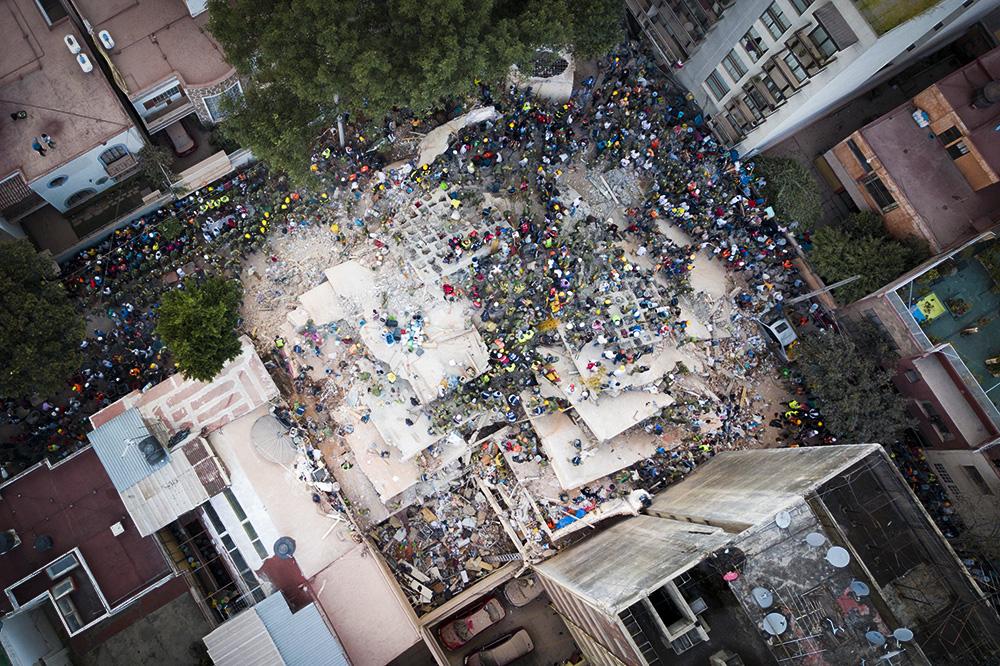 20 сентября, Мехико. Спасатели и волонтеры ищут людей под завалами здания после землетрясения