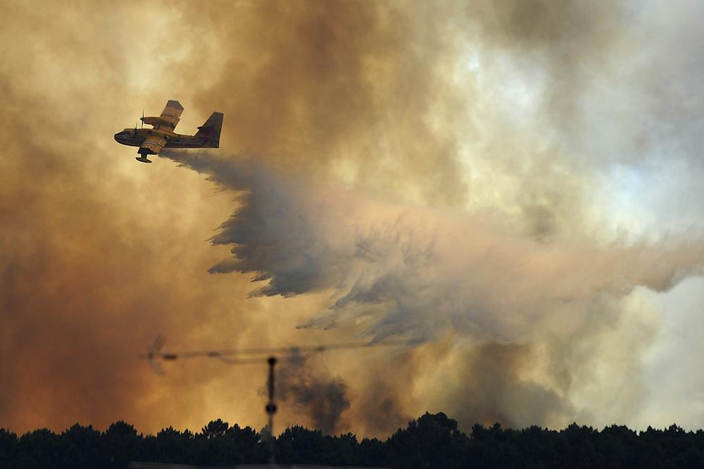 19 июня, Португалия. Самолет сбрасывает воду на пожар вблизи Педроган-Гранди