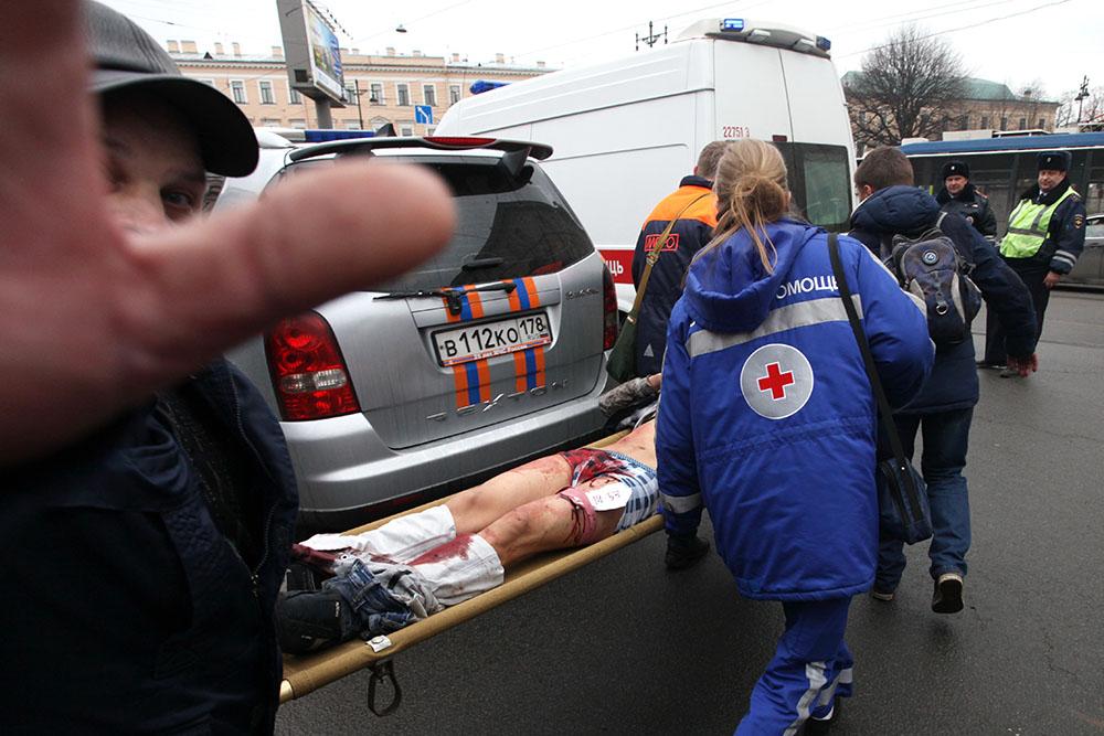 3 апреля, Санкт-Петербург. Пострадавшим во взрыве на станции метро «Технологический институт» оказывают первую помощь