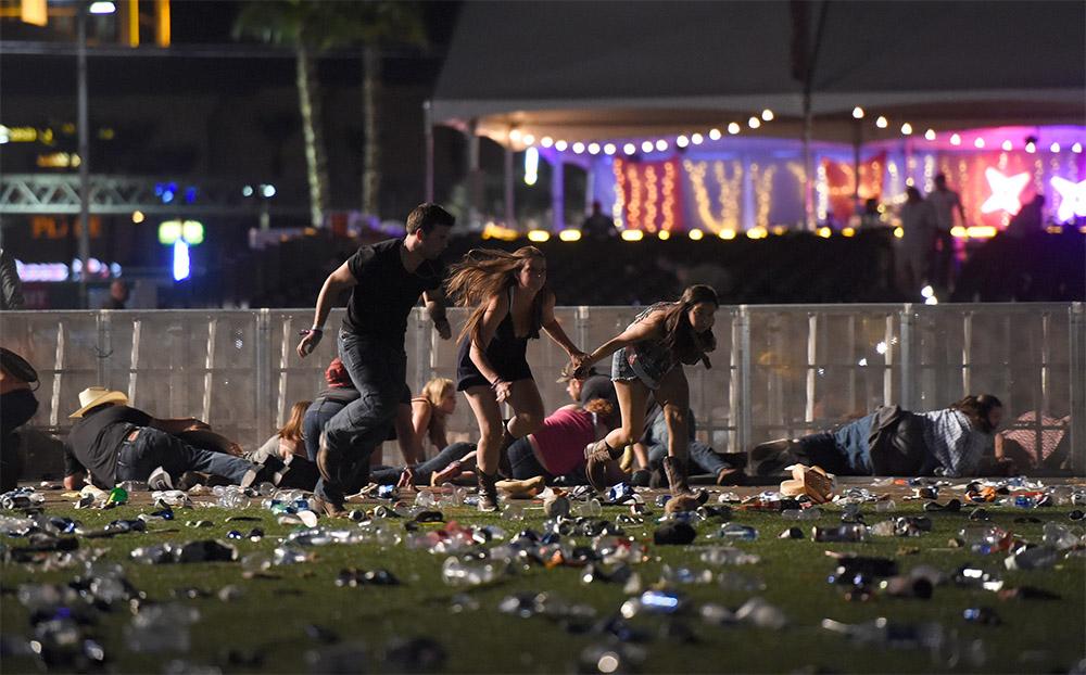 1 октября, Лас-Вегас. Люди бегут с музыкального фестиваля Route 91, услышав звуки выстрелов