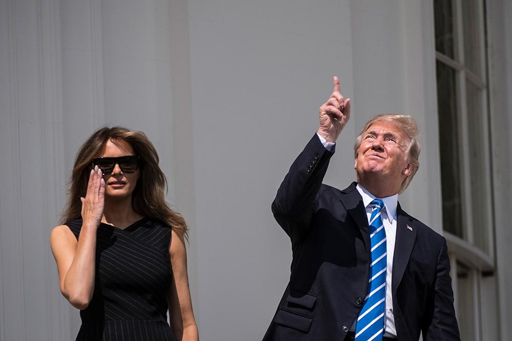 21 августа, Вашингтон. Президент Америки Дональд Трамп с супругой Меланией Трамп наблюдает полное солнечное затмение