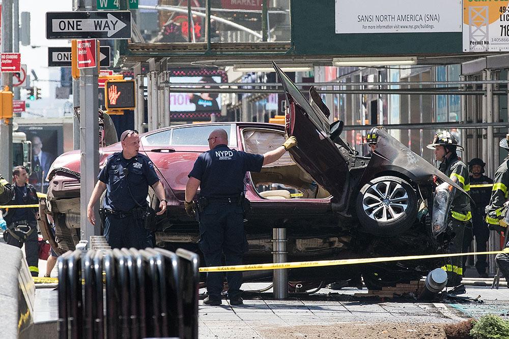 18 мая, Нью-Йорк. Автомобиль на большой скорости заехал на переполненный людьми тротуар на Таймс-сквер. Один человек погиб, еще 22 пострадали