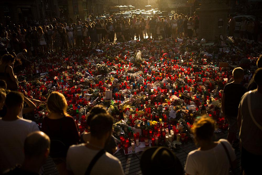 24 августа, Барселона. Люди возле мемориала жертвам теракта на бульваре Рамбла