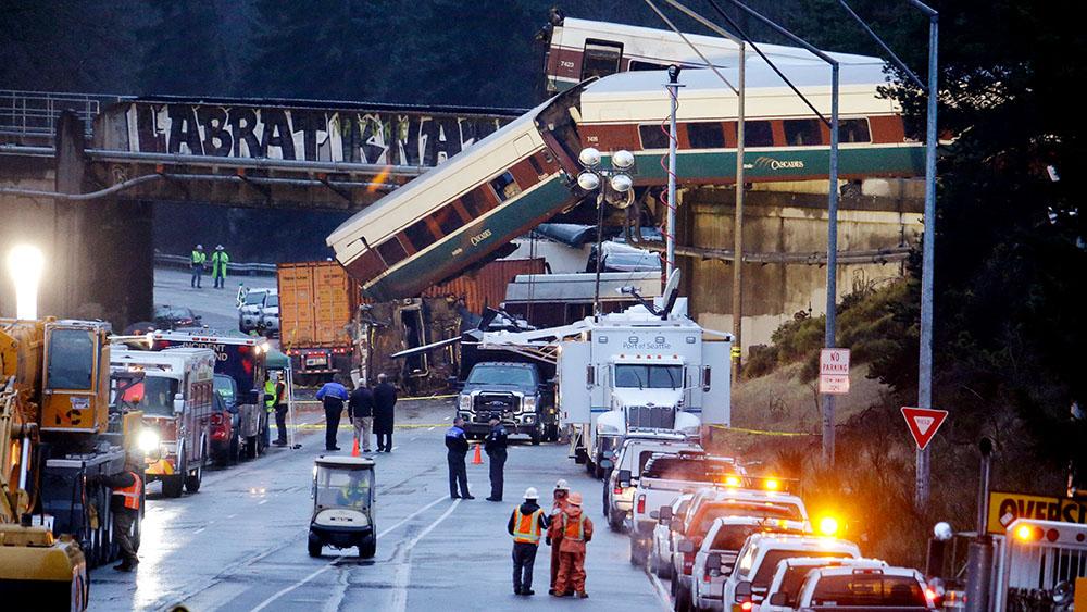 18 декабря. Поезд Amtrak сошел с рельсов над магистралью I-5 в штате Вашингтон. Три человека погибли, больше 100 пострадали