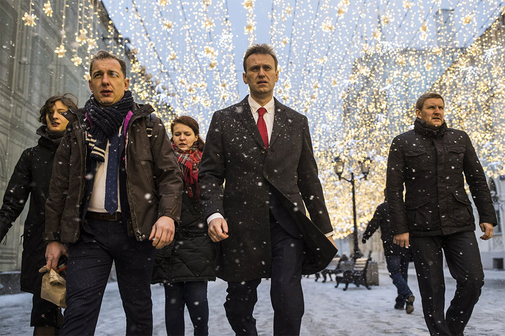 25 декабря, Москва. Алексей Навальный с юристами и сотрудниками по пути в ЦИК. Вскоре политику откажут в регистрации кандидатом в президенты