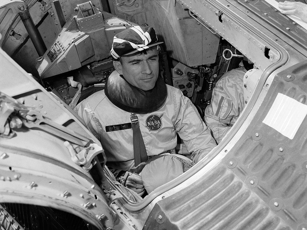 Джон Янг проверяет системы космического аппарата перед приземлением в Мексиканский залив во время миссии «Джемини-3» в 1965 году