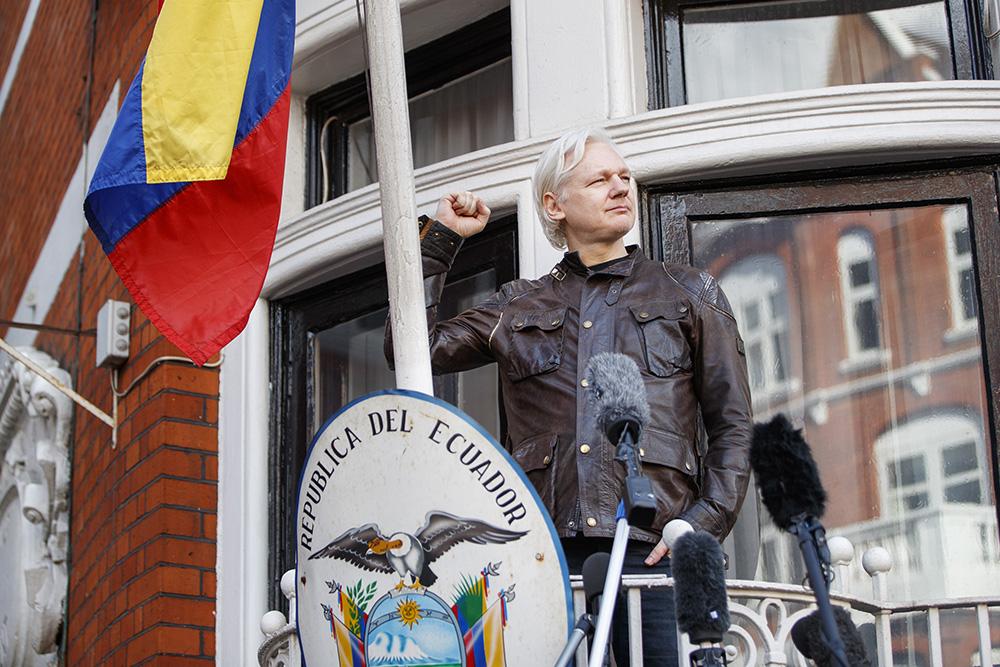 Ассанжа хотели выгнать изпосольства Эквадора загрязь ивонь