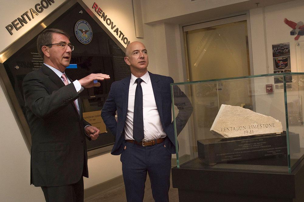 Глава Amazon Джефф Безос (справа)
