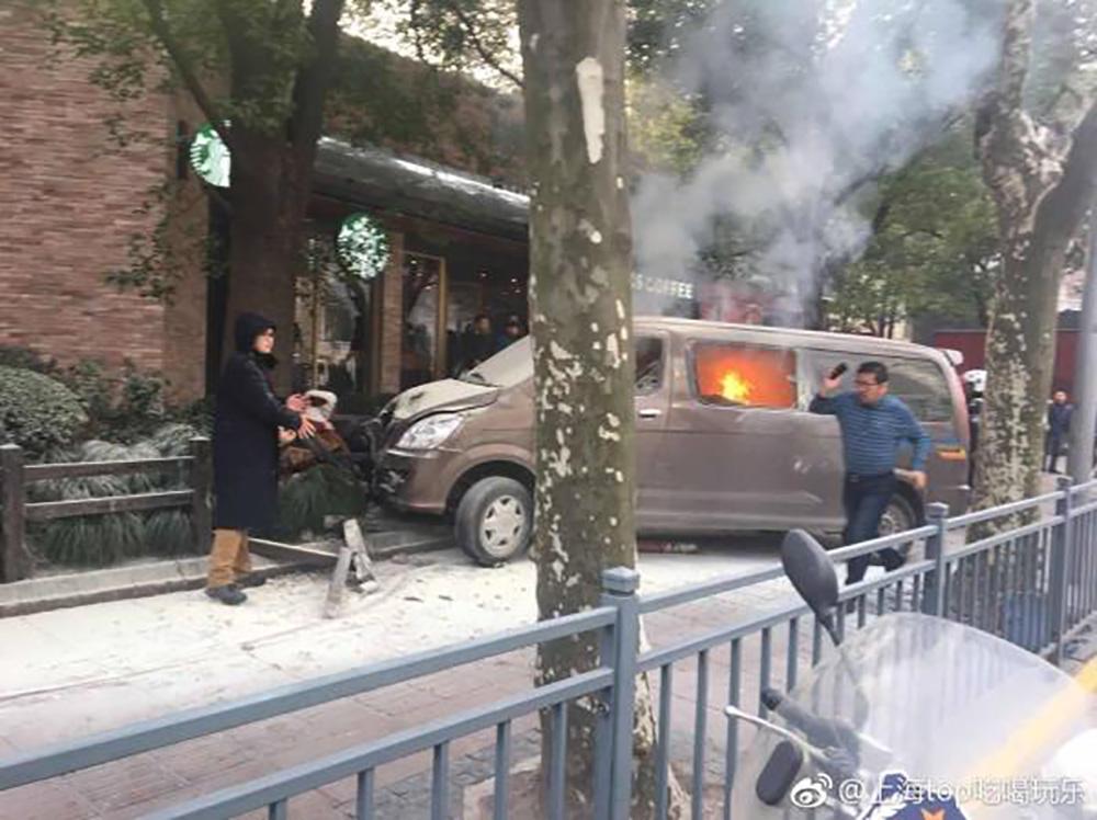 Втуристическом районе Шанхая фургон врезался втолпу пешеходов
