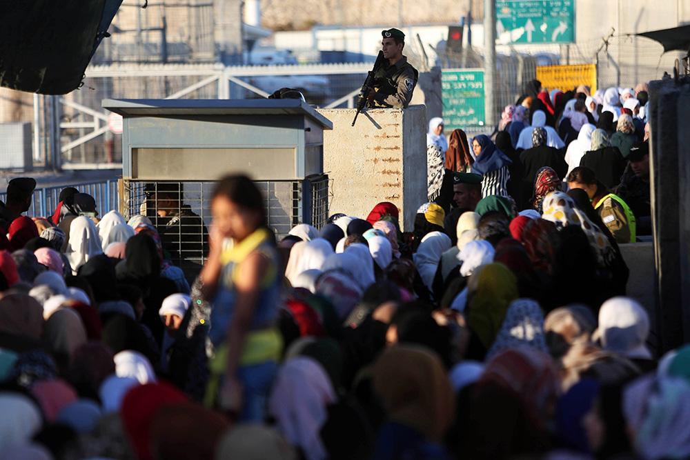 Очереди на контрольно-пропускном пункте на границе Палестины и Израиля во время Рамадана